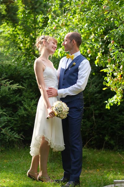 Hochzeitskleid im Garten