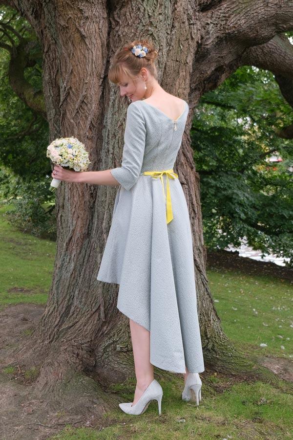 Hochzeitskleid vor einem Baum