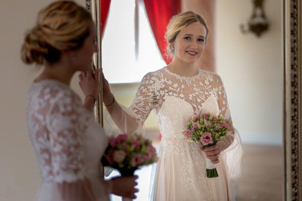 Brautkleid vor einem Spiegel